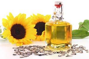 bouteille d'huile de tournesol avec tournesols et graines