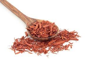 bois de santal dans une cuillère en bois